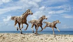 Kinh ngạc tác phẩm Ngựa điêu khắc từ gỗ thô của James Doran-Webb