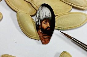 """Nghệ thuật trên những vật dụng """"tí hon"""" của Hasan Kale"""