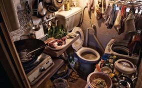 """Cuộc sống bên trong những """"căn phòng quan tài"""" ở Hong Kong"""