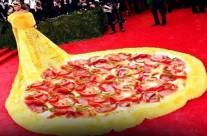 Thích thú với loạt ảnh chế chiếc váy khổng lồ của Rihanna