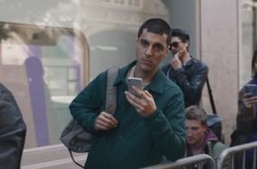 """Màn """"đá xoáy"""" IphoneX siêu hài hước trong TVC mới nhất của Samsung"""